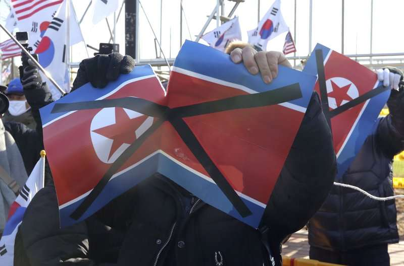 平昌冬奧南北韓共組女子冰球隊,場外有人抗議北韓政權侵犯人權。(美聯社)