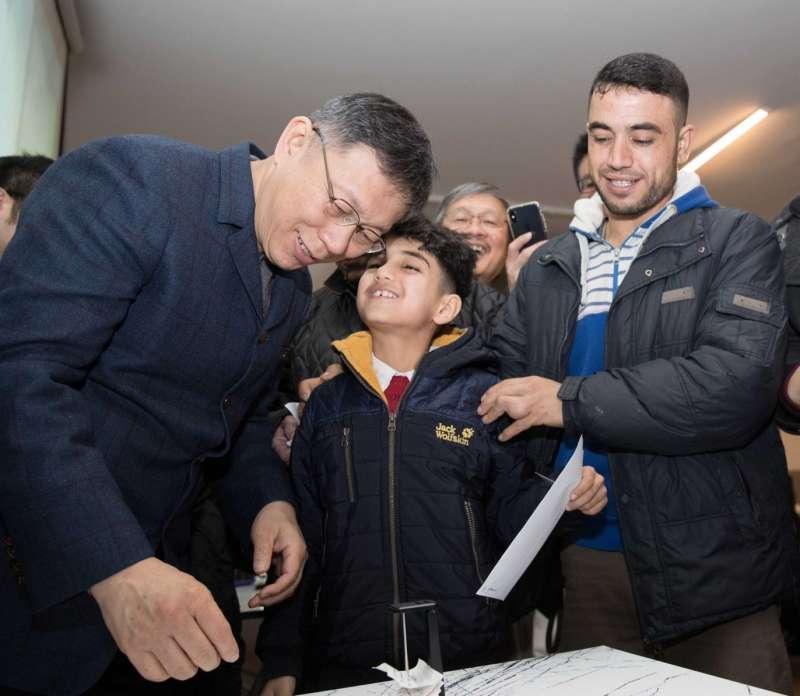 台北市長柯文哲前往土耳其,參訪我國NGO成立的敘利亞難民中小學,並發放獎學金。(台北市政府提供)