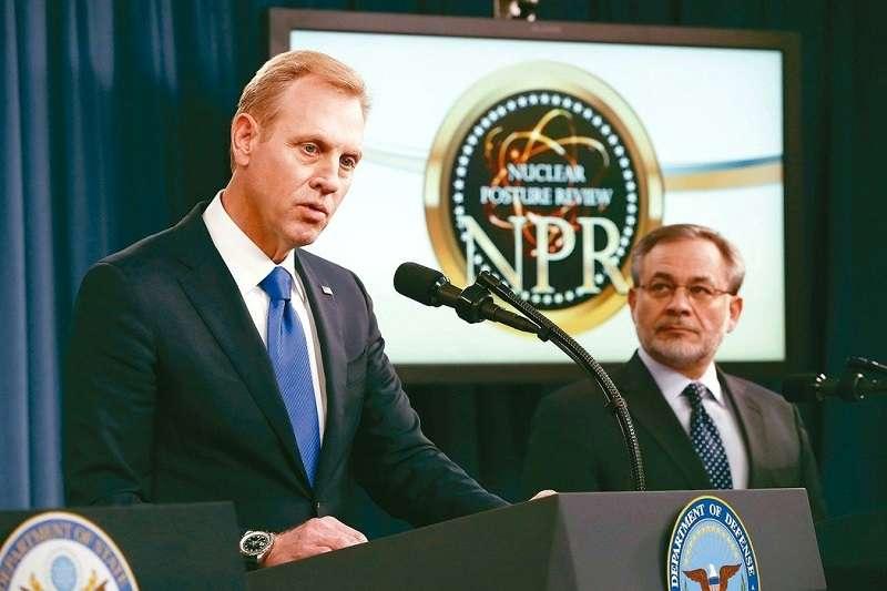 美國國防部副部長沙納罕(左)說明「核武態勢評估報告」,右為能源部副部長布賀葉特。 (美聯社)