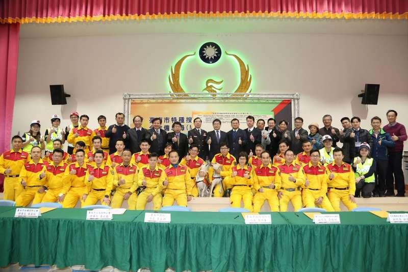 台南市特種搜救隊跨域專業整合M.O.U簽署儀式大合影。(圖/台南市政府提供)