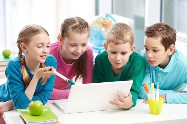 透過討論與互動,不僅能培養學生思考與解決問題的能力,教學方式也更活潑。(圖/Freepik)