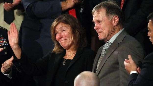 1月30日,瓦姆比爾父母出席川普國情咨文演說。(BBC中文網)