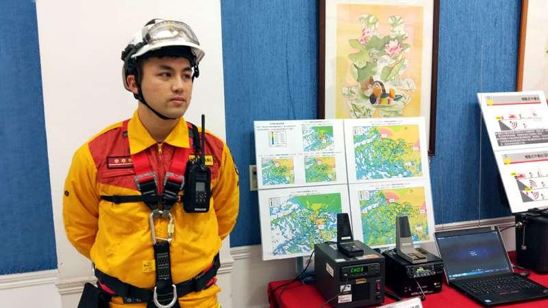 消防個人裝備跟著數位化改裝,讓救災的隊員通訊無死角。(圖/張毅攝)