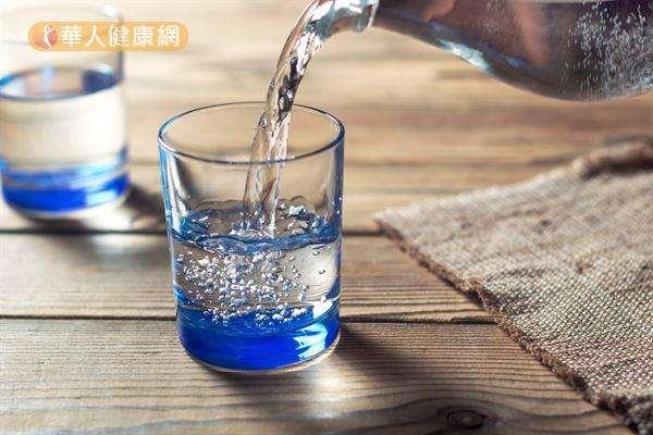 預防腎結石,更重要是養成多喝水的習慣,建議每人每天喝水2500至3000c.c.以上。(圖/華人健康網提供)