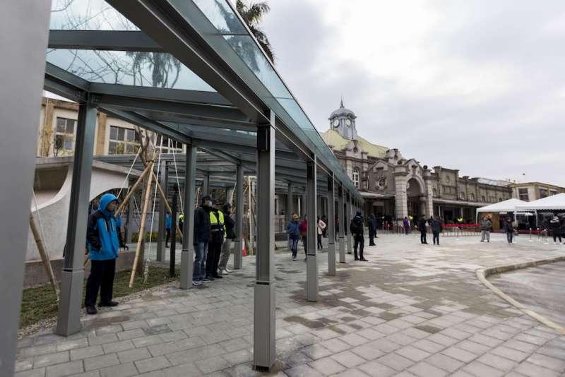 新竹車站景觀工程在前後站同步設置風雨走廊及站前行人徒步區。(圖/新竹市政府提供)