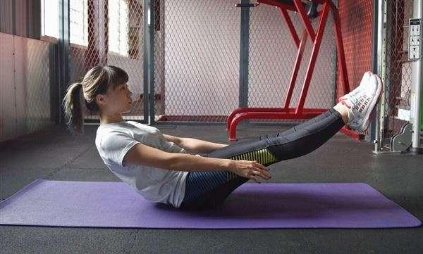 屈體捲腹動作一。(圖片提供/陳彥如健身教練 華人健康網)