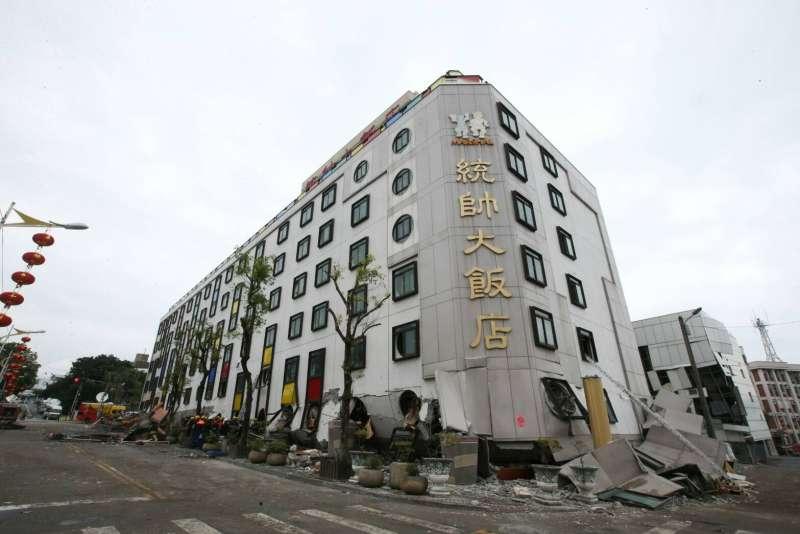 2018-02-07-花蓮地震,統帥大飯店1、2樓坍毀。(陳明仁攝)