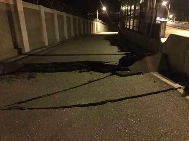 0206花蓮地震後,七星潭大橋橋面斷裂。(取自PTT)