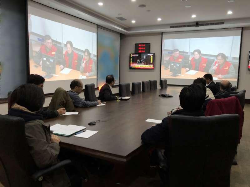蔡英文在府內狀況室與國防部長、行政院長等進行視訊連線,實際了解目前災情以及包括國軍在內救災投入狀況。(總統府提供)