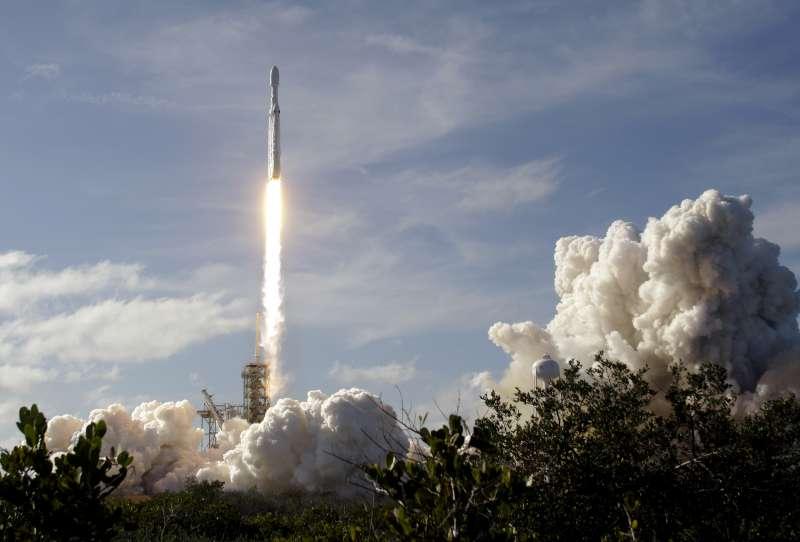 美國SpaceX公司研發的獵鷹重型運載火箭6日在佛州甘迺迪太空中心成功發射(AP)