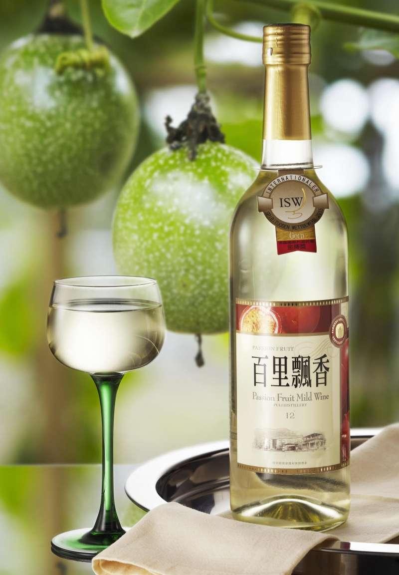 以百香果釀製的「百里飄香」曾獲得2016德國國際烈酒評鑑金質獎。(圖/行政院農委會提供)