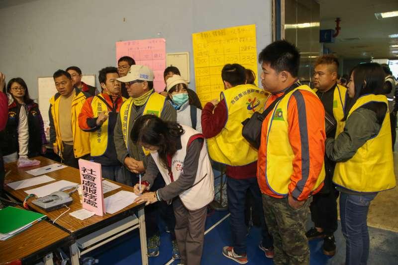 花蓮地震後在花蓮小巨蛋成立收容中心,來自瑞穗鄉的救國團團委會,不受黨產影響,踴躍前來當志工幫忙。(陳明仁攝)