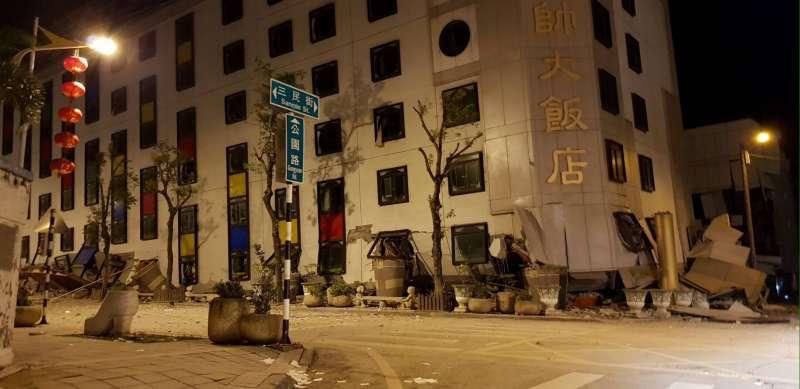 花蓮統帥大飯店傳出因地震倒蹋。(網友提供)