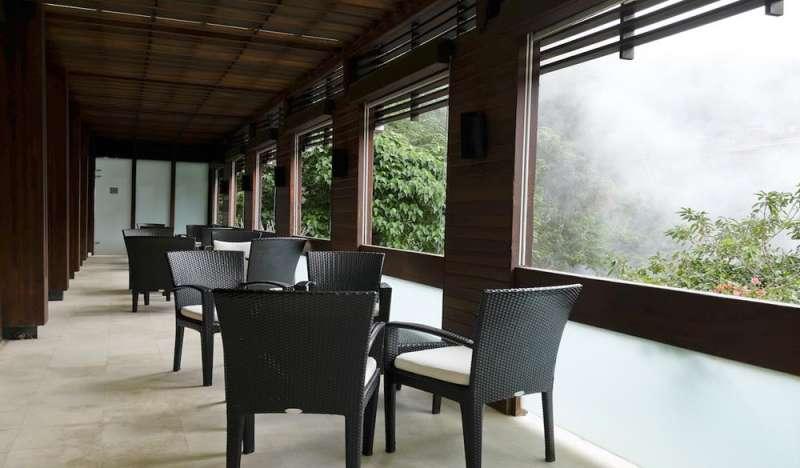 泡完湯後可以到旁邊的休息區,可以觀賞北投著名的地熱谷。(圖/HotelsCombined提供)