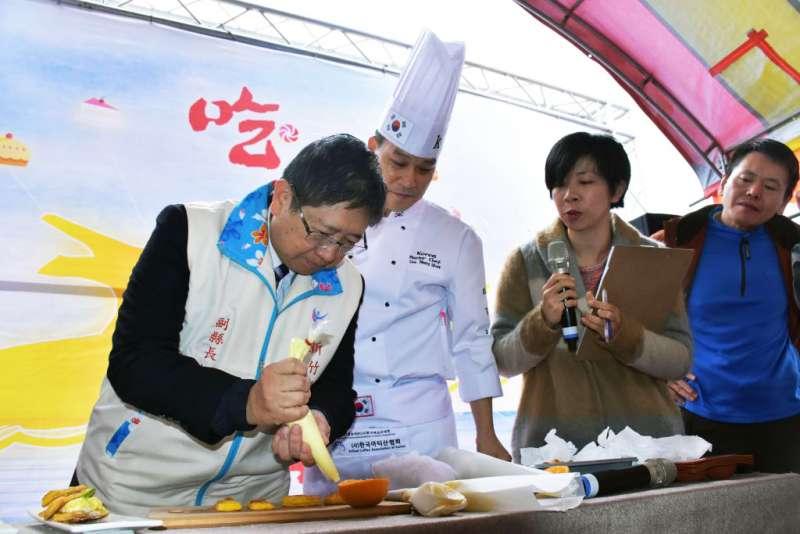 在甜點達人指導下,副縣長楊文科親手製作柑橘糕點。(圖/新竹縣政府提供)