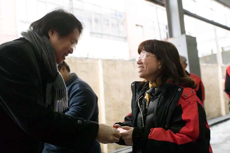 林右昌承諾明年為清潔隊添購高品質的防風雨外套。(圖/張毅攝)