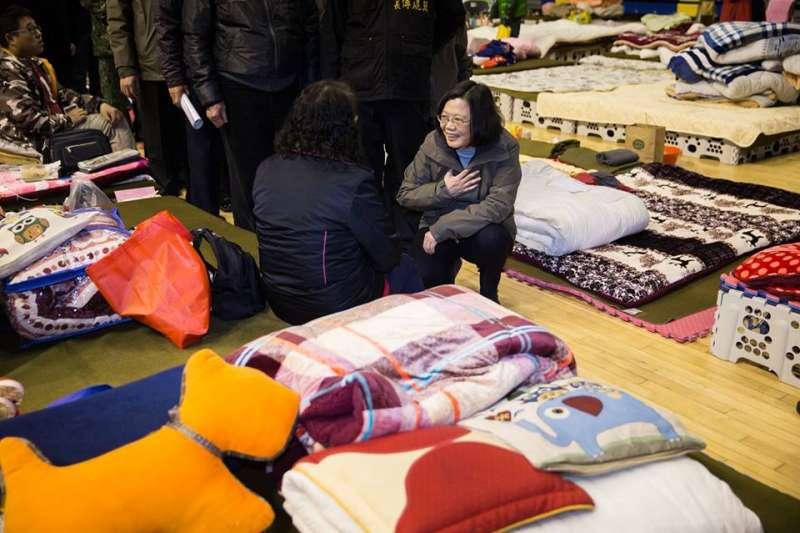 20180208-總統蔡英文8日來到花蓮慰問災民,與災民一同用餐。(取自蔡英文臉書)