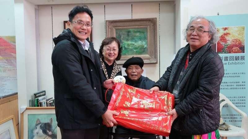 屏東縣政府拜訪十位資深藝術家,圖為1932出生的李進安。(圖/屏東縣政府提供)
