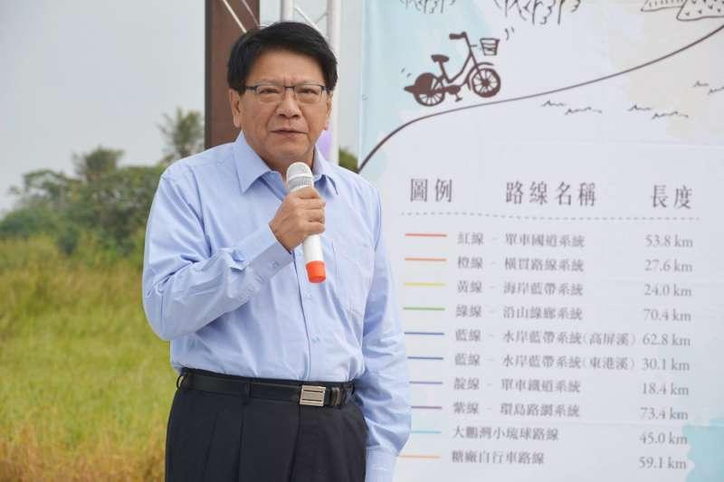 屏東縣長潘孟安在活動中向民眾介紹自行車路網,以彩虹7個色系作為各路線指示牌顏色,並說明未來會陸續建置導覽牌的二維條碼與路線分級規劃。(屏東縣政府提供)