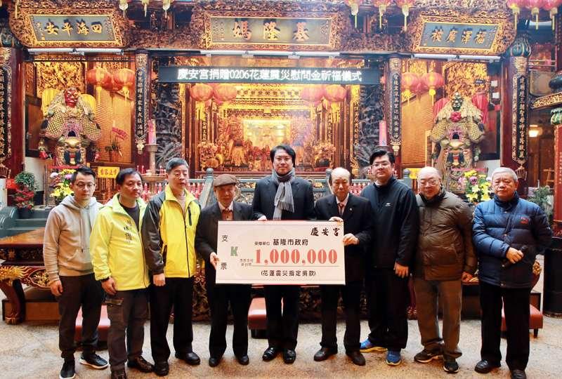 慶安宮主委童永捐賬災款一百萬,由基隆市長林右昌代表接受。(圖/張毅攝)
