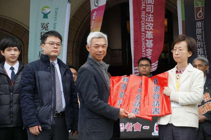 20180209-邱和順案聲請三件釋憲記者會,尤伯祥律師遞出文件予司法院代表。(盧逸峰攝)