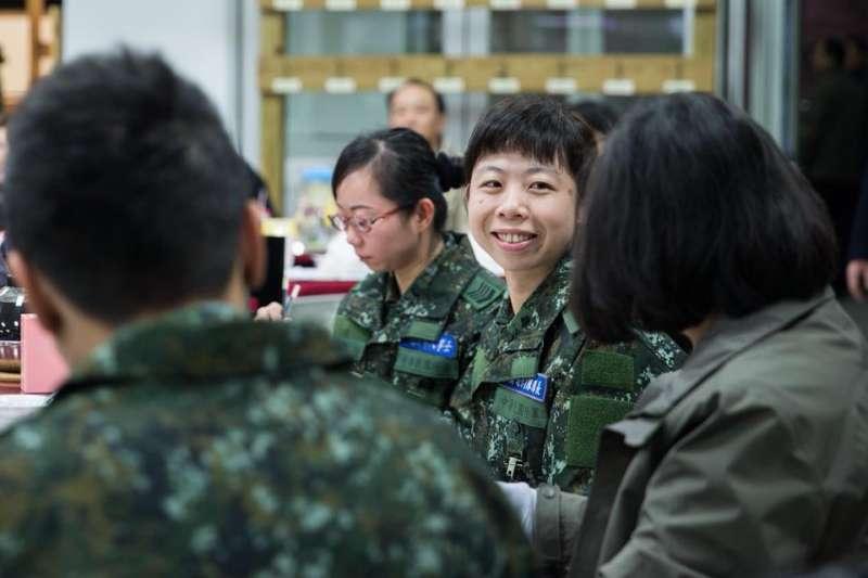 蔡英文9日上午與國軍共用早餐,勉勵他們支援救災的辛勞。(取自蔡英文臉書)
