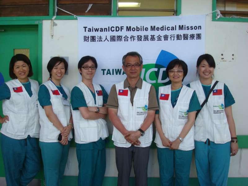 思宇專題-民進黨立委林靜儀(左二)是不分區醫界代表,立委上任前曾數度參與國外義診團,行跡遍佈吐瓦魯、北印度、尼泊爾等地。(林靜儀辦公室提供)