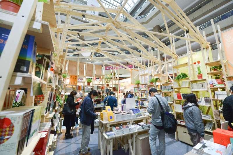 台北國際書展今天最後一天,適逢週日假期,約莫下午3時至4時湧現人潮,搶購折扣書籍。(文化部提供)