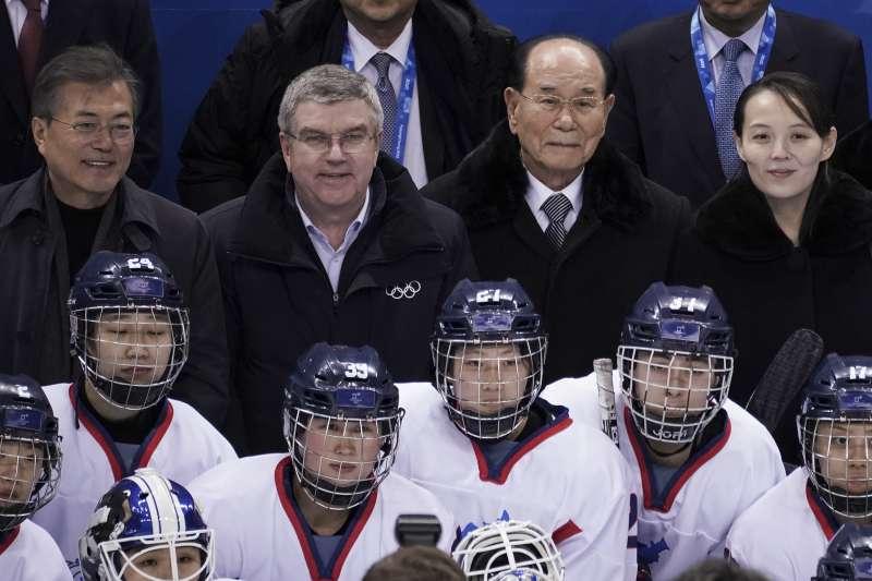 2018年2月10日平昌冬奧,兩韓女子冰球聯隊出戰瑞士隊之前與(左起)南韓總統文在寅、國際奧會主席巴赫、北韓代表金永南、北韓代表金與正合影(AP)