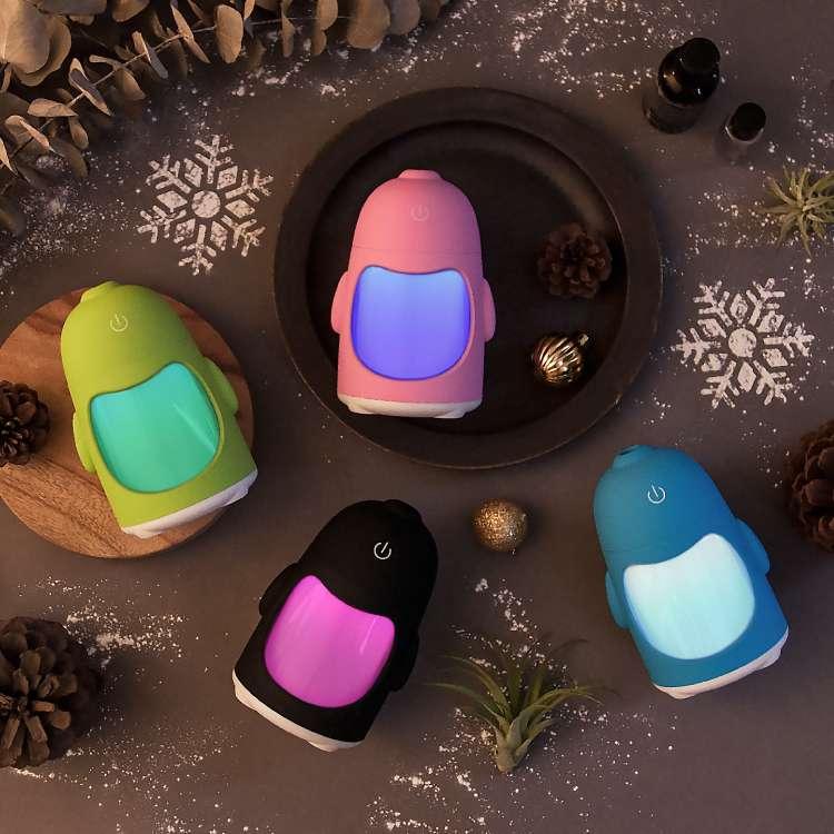 輕巧可愛的企鵝造型水氧機,還能當成多彩小夜燈使用。(圖/艾可開發提供)