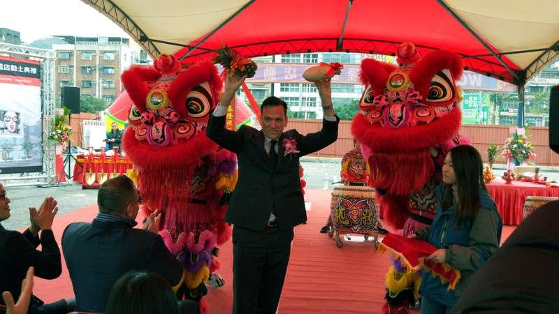 台灣區總裁約翰雖是外國人,仍入境隨俗接受舞獅的「好采頭」。(圖/張毅攝)