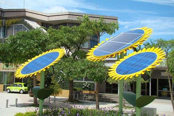 造型特殊的「向日葵追日型太陽能板」,讓景觀建物兼具美觀與環保節能。(圖/關西服務區FB粉絲專頁)