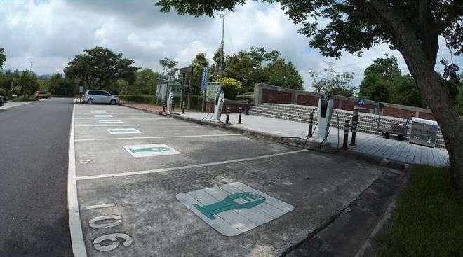結合綠色運輸的趨勢,關西服務區特別設置「電動汽車充電站」。(圖/關西服務區FB粉絲專頁)