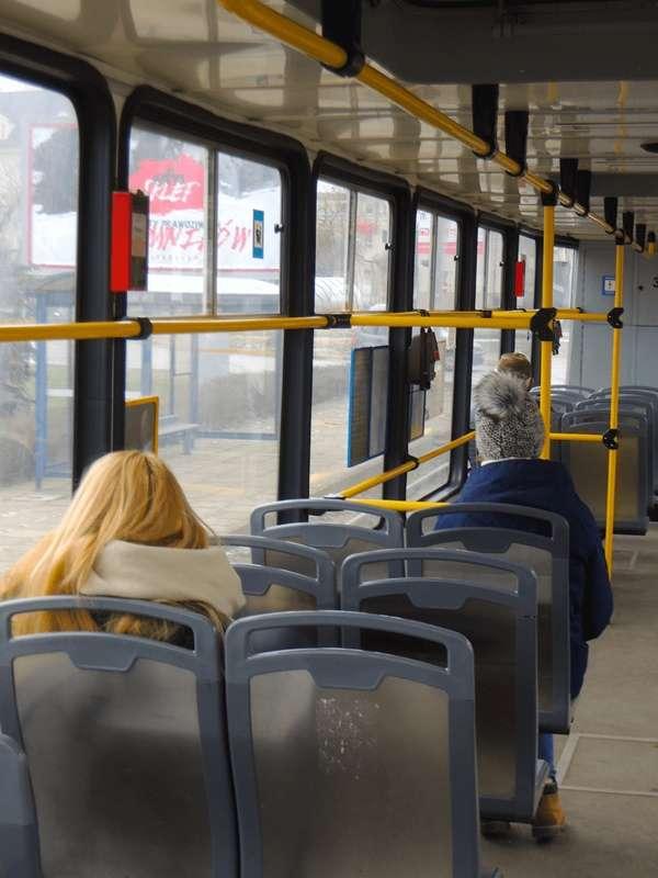 坐在博愛座上的波蘭年輕人。在沒有老弱婦孺的情況下,博愛座就只是一般座位罷了,任何人都可以坐。(圖/陳力綺攝影 想想論壇提供)