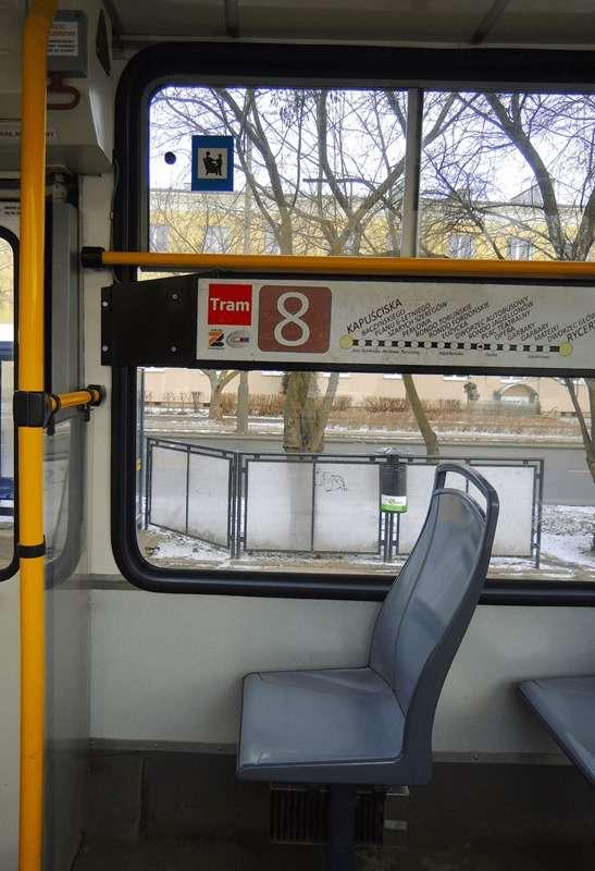 波蘭輕軌電車上的博愛座標示,因為貼於角落的車窗上,所以很容易被忽視。(圖/陳力綺攝影 想想論壇提供)