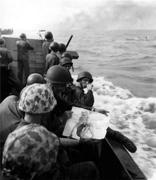 塔拉瓦登陸作戰前,美國海軍陸戰隊士兵還在欣賞女郎畫報。(圖/澎湃新聞提供)