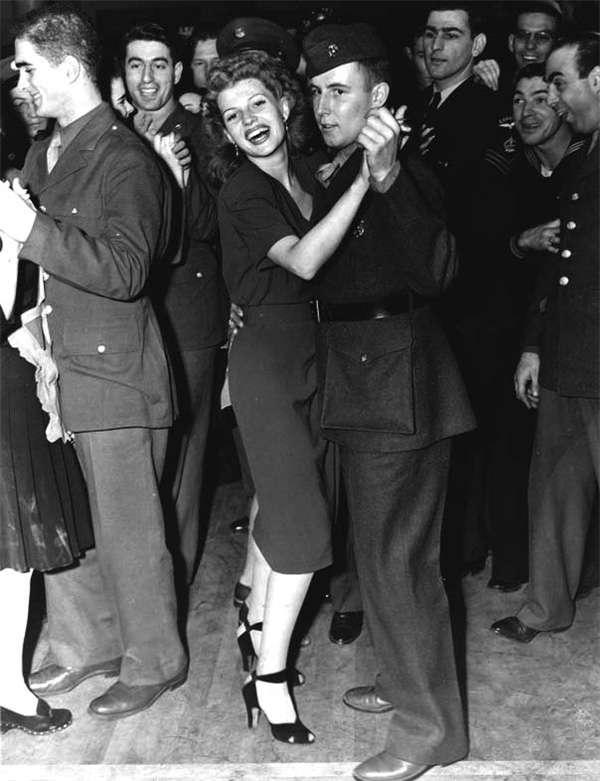 與美軍官兵一同跳舞的海華絲。(圖/澎湃新聞提供)