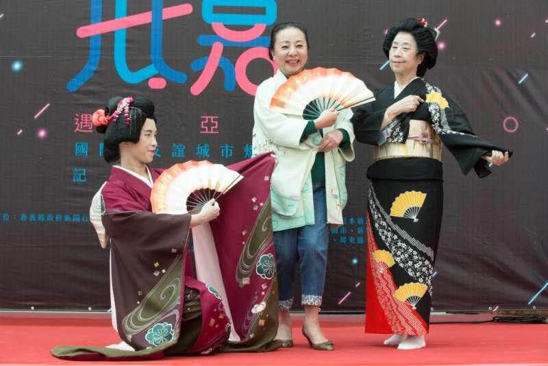 嘉義縣長張花冠為宣傳2018台灣燈會,穿上日本和服。(圖/嘉義縣政府提供)