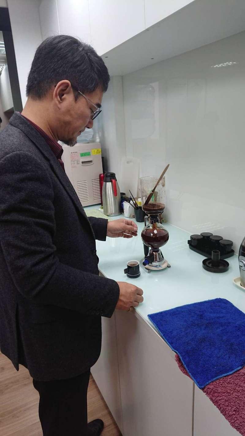 民進黨立委劉建國閒暇時喜歡泡咖啡。(劉建國辦公室提供).JPG