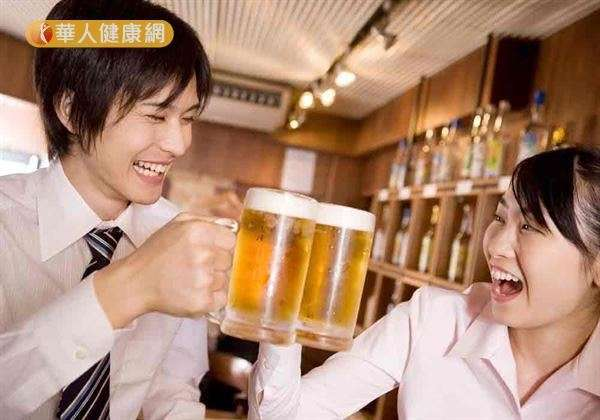 天氣冷颼颼,喝啤酒可以預防結石,醫師認為是錯誤迷思。(圖/華人健康網)
