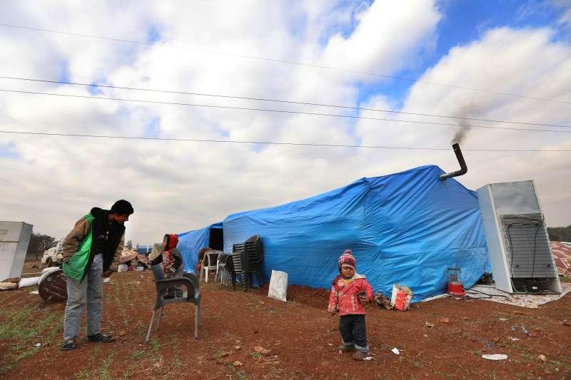 在逃離敘利亞西北部的戰鬥後,數十萬新近流離失所的敘利亞人建起棲身之所。很多家庭被迫擠在一個帳篷裡,幾乎沒有放東西的地方,只能堆在外面。© Omar Haj Kadour/MSF
