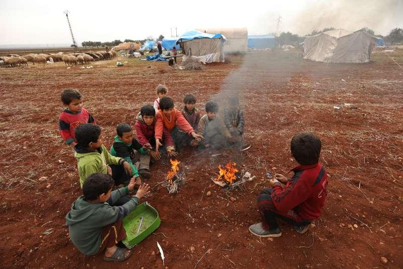 隨著冬季到來,大部分敘利亞難民只有極少資源,甚至一無所有以維持生活。圖中一群兒童在火堆旁取暖。© Omar Haj Kadour/MSF