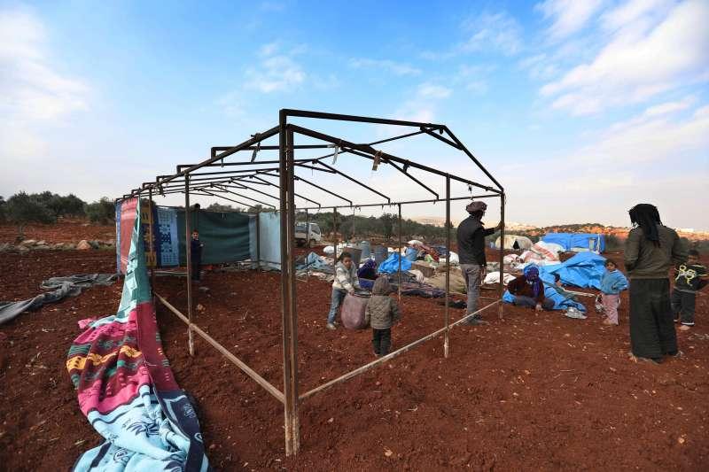 這戶敘利亞家庭在靠近土耳其邊境的田裡搭建臨時棲身地。地主每月收取165美元為租金。因為沒有正式營地可住,這戶人家別無選擇。最近幾週於敘利亞西北部持續衝突下,超過45,000戶家庭逃亡。© Omar Haj Kadour/MSF