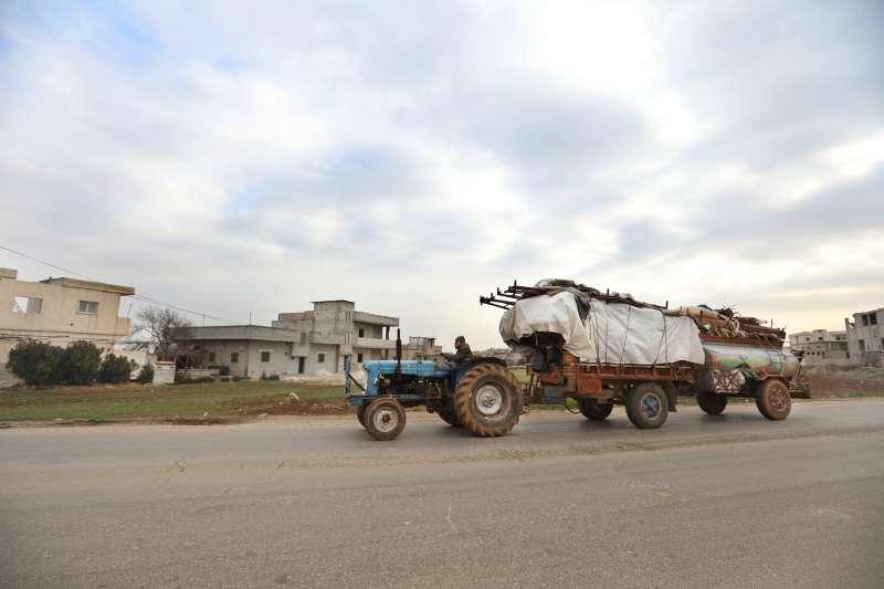 逃離空襲時,家家戶戶都帶上了所有能攜帶的財物,這名男子用農用曳引機載走了牧羊農具,並在冬天到來之際努力找尋能夠棲身之處。© Omar Haj Kadour/MSF