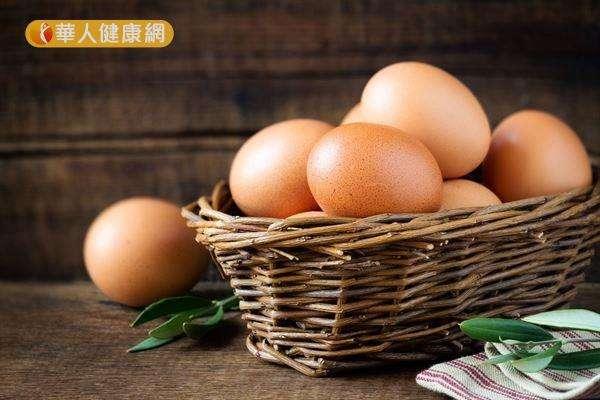購買雞蛋時,盡量挑選外殼無裂痕或破損、拿起來沉甸甸、蛋殼較厚且粗糙的新鮮雞蛋。