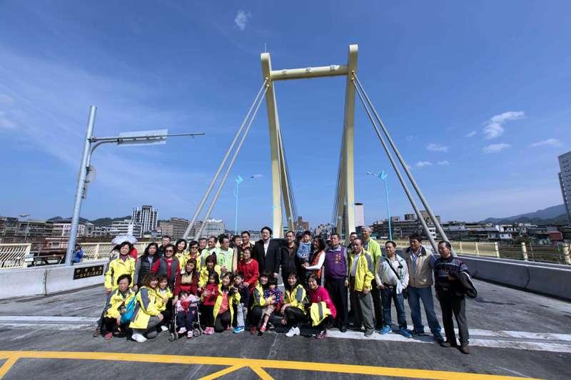 七賢橋改建工程年前先階段通車,以利民眾過年期間通行。(圖/張毅攝)
