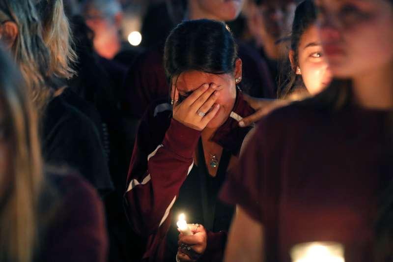 佛羅里達州馬喬瑞史東曼道格拉斯中學14日發生槍擊案,學生們為死傷者祈福哀悼。(美聯社)