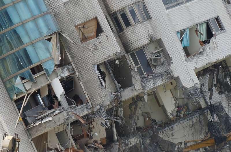 20180206-大年初一,花蓮雲門翠堤大樓拆除工程進行中,成了斷垣殘壁。(盧逸峰攝)
