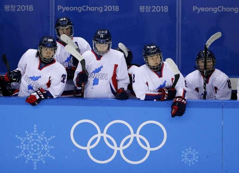 平昌冬奧兩韓女子冰球隊20日結束最後一場比賽,5戰皆墨卻贏得掌聲。(AP)
