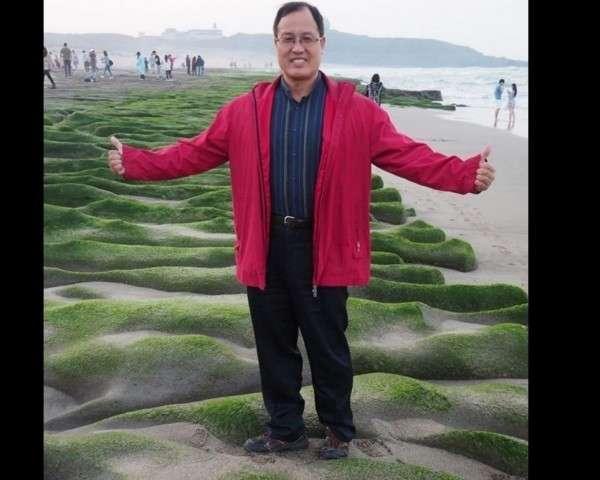20180221-基隆市議員楊石城在臉書放上出遊照,腳踩著老梅綠石槽。(取自楊石城臉書)